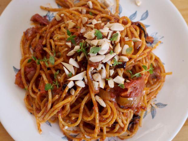 Vegan tomato spaghetti